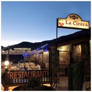 """El Restaurante La Cirera es un restaurante emblemático de la población de Encamp: uno de los mejores sitios para ir a comer o cenar de la población. Se encuentra situado junto al Telecabina Funicamp: es muy fácil de encontrar. Tiene zona propia de aparcamiento para clientes, 2 parkings cercanos y mucha zona azul en los alrededores. El Local: Se trata de una borda de grandes muros de piedra y vigas de madera en el techo, decorada al estilo típico de Andorra. Tiene capacidad para 150 personas y cuenta con 3 espacios totalmente diferenciados: una zona de barra y mesas con TV en la zona de la brasa, un salón comedor con capacidad para 100 personas y ventanales exteriores que ofrecen una magnífica vista panorámica de Encamp y una terraza muy soleada abierta todo el año (en invierno calentada con estufas y protegida con paravientos). Especialidades: El principal atractivo del restaurante es su magnífica brasa y su amplio horario. Especialidades en carnes, pescados y mariscos a la brasa, arroz con bogabante, pizzas y platos combinados que se sirven desde el desayuno hasta la cena y tapas. Pizzas: las pizzas del Restaurante La Cirera son de las mejores de Andorra: masa fina, tamaño grande y elaboradas en horno de leña. Muy generosas en salsa e ingredientes. Servicio Para Llevar (Take-Away): El restaurante ofrece servico """"Para Llevar"""" de todos los platos, pero especialmente de las pizzas. Son muy rápidos. Se puede llamar por teléfono para encargar (+376) 815 919 y luego pasar a recoger. No llevan a domicilio. Ambiente: Muy buen ambiente típico de Andorra. El restaurante es frecuentado tanto por turistas y esquiadores como por gente del país. Es un lugar ideal para desayunos, hacer el aperitivo, tapear, comer, cenar o tomar una copa a media tarde o por la noche. Tiene un amplio horario y siempre buen ambiente ;) Música en vivo: Actuaciones de música en vivo algunos días por la tarde y/o por la noche. Consultar por teléfono los días de actuación ya que varían en función del dí"""