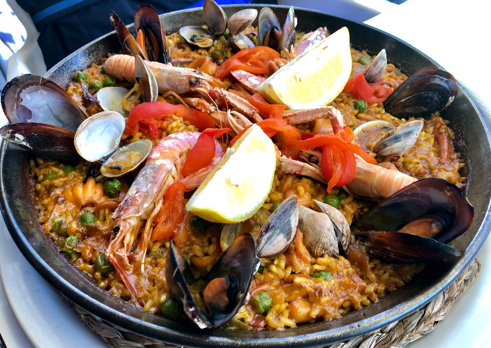 La paella de marisco, conocida también como arroz a la marinera ó paella marinera, es uno de los platos más deliciosos que existen en todo el planeta tierra.