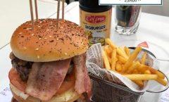 """Hamburguesas de carne. Triple Hamburguesa Con Bacon. Una explosión de sabor con tres """"carnes"""", queso cheddar y bacon."""
