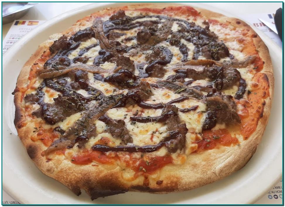 PIZZA NAPOLITANA o PUTTANESCA o de ANCHOAS. NAPOLITANA Tomàquet, mozzarella, orenga, anxoves i olives Tomate, mozzarella, orégano, anchoas y aceitunas Tomate, mozzarella, origan, anchois et olives Tomato, mozzarella, oregano, anchovies and olives